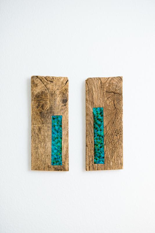 tableau bois et plumes de paon bleues