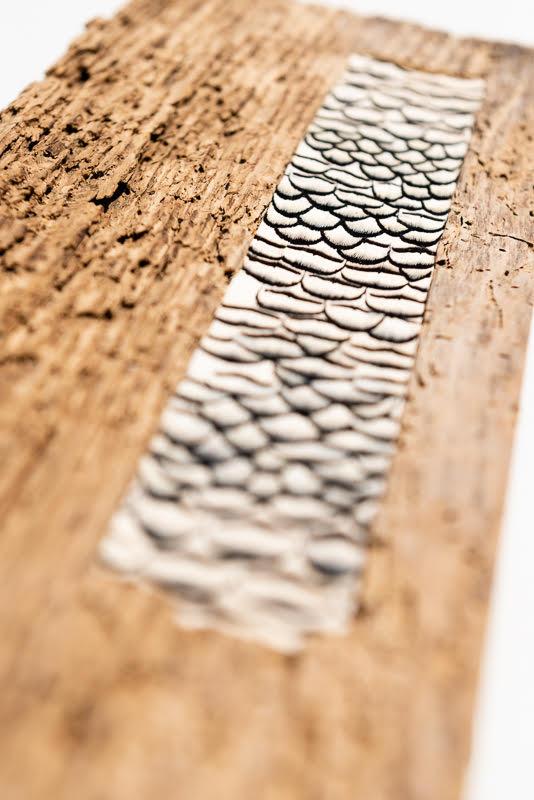 tableau planches bois plumes noires et blanches