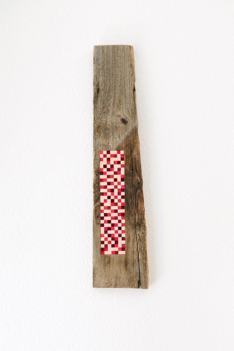 Thelxiépie, celle qui méduse, 2017, bois et plumes d'oie teintes, 70cm x 16cm x 2cm.