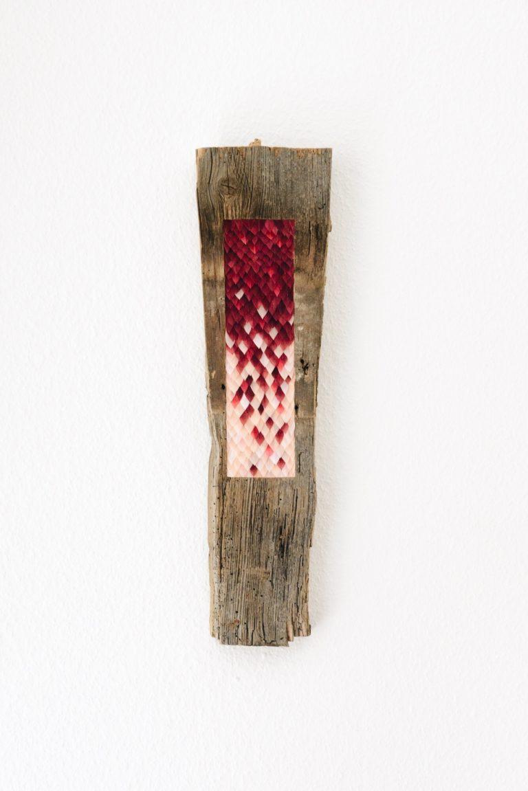 Aglaope, celle au beau visage, 2017, bois et plumes d'oie teintes, 57cm x 13cm x 2cm.