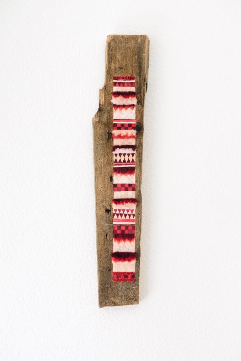 Pisinoé, celle qui persuade, 2017, bois et plumes d'oie teintes, 72cm x 13cm x 2cm.